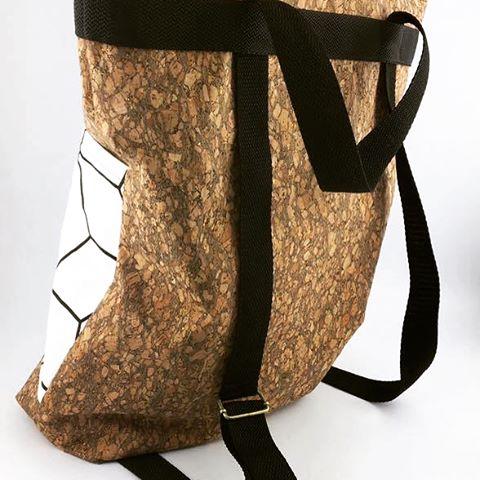 Unsere Petra hat eine tolle Tasche aus dem neuen Korkstoff gemacht. Die Tasche wird auch zum Rucksack. Breite des Korkstoffs 140cm, 23.90€/m und in 4 verschiedenen Farben  #stoffladen #darmstadt #griesheim