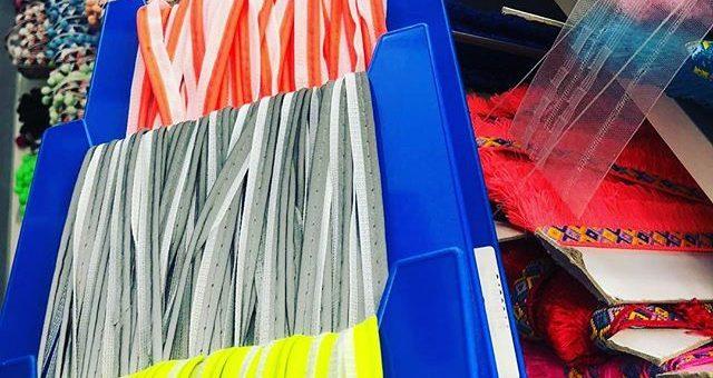 Für die etwas dunklere Jahreszeit die uns bald erwartet 🌚☂️Reflektierendes Paspelband in drei Farben: neonorange, silber und neongelb. #stofflagergriesheim #nähenistwiezaubernkönnen #stoffladen #griesheim #darmstadt #neon