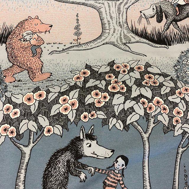 Ein Bär , ein Wolf , ein Hund 🐕. Na das ist ja ein schöner Stoff von @lillestoff für den Herbst  oder? -Was würdest du draus Nähen ? Sind auf tolle Ideen gespannt .#nähenmachtglücklich #mamabolg #stofflagergriesheim #nähenmachtglücklich #picoftheday