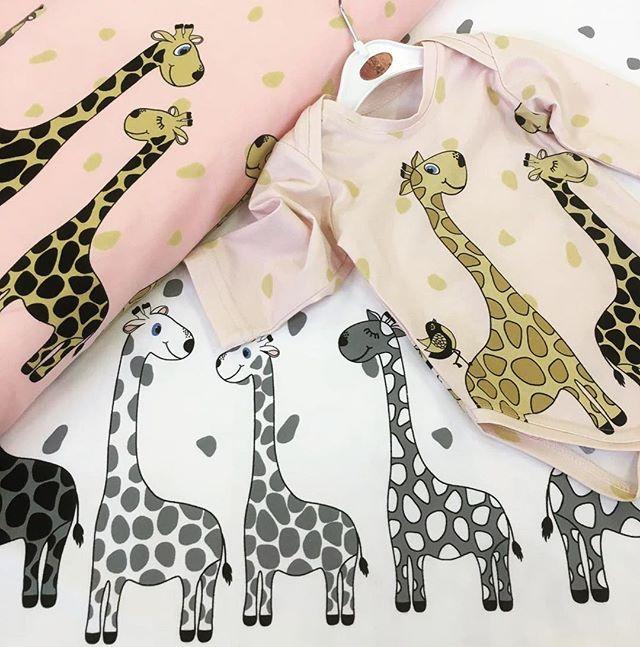 Guten Morgen liebe NähfreundeSüße Giraffen 🦒🦒 aus Baumwolljersey jetzt nur bei uns. #stofflager #stoffliebe #stoffe #stoffladen #giraffe #diy #nähenmachtspass #stofflagergriesheim #kindermode
