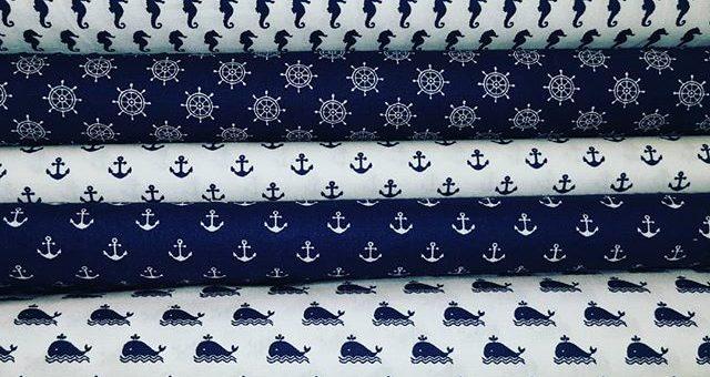 Maritime Baumwollstoffe passen perfekt zum Sommer. Wer wäre jetzt nicht gerne auf dem Wasser.