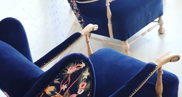 Alte Sessel neu beziehen. Entdecke die Samtstoffe in deinem @stofflager in GriesheimWarum die schönen antiken Sessel der Oma wegwerfen, wenn der Bezug nicht mehr schön aussieht oder zu stark abgenutzt ist? Finde deinen passenden Stoff und peppe deinen Sessel auf. Sieht doch toll aus, nicht wahr? #stofflagergriesheim #stofflager #samt #blau #blumen #sessel #sesselneubezogen #sesselneubeziehen #stoffe #diy #armchairs #velvet