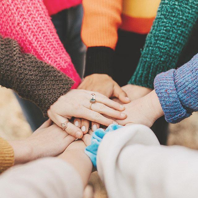 Ihr Lieben,⠀⠀wir durchleben gerade alle gemeinsam eine außergewöhnliche Zeit. Wenn wir zusammenhalten und ein wenig entschleunigen werden wir es schaffen. Wir möchten uns von Herzen bei euch allen bedanken - für eure Treue, das entgegengebrachte Vertrauen und die lieben Kommentaren und Nachrichten die wir von euch erhalten ⠀⠀Das Stofflager muss vorerst für den Publikumsverkehr geschlossen bleiben. ⠀⠀Um euch weiterhin mit Stoff und Nähbedarf versorgen zu können, gibt es andere, kreative Wege: ⠀⠀1. Bestellung über WhatsApp oder Telefon (Video/Nachricht/Anruf)⠀2. Bestellung über kurzwarenland.de (mit Abholung/Lieferservice)⠀⁃ Per Vorauskasse abschließen ⠀⁃ Anrufen zwecks Abholung/Lieferung⠀⠀WhatsApp ⠀0178 - 33 48 914⠀0178 - 33 19 205⠀⠀️ Telefon⠀06155 - 83 17 500⠀⠀ Telefonzeiten⠀Mo-Fr 10-18 Uhr⠀⠀ Gewerbliche Kunden und öffentliche Einrichtungen⠀⠀In der Rolle als Großhändler werden wir weiterhin unsere gewerblichen Kunden vor Ort bedienen können, mit folgenden Öffnungszeiten: ⠀⠀Mo - Fr 10-12 Uhr & 16-18 Uhr⠀Sa 10-12 Uhr⠀⠀Wir bitten euch folgende Punkte zu beachten: ⠀⁃ Gewerbenachweis mitbringen ⠀⁃ Bei Erkältungssymptomen wird kein Einlass gewährt⠀⁃ Max 5 Kunden werden im Lager gleichzeitig reingelassen⠀⠀Weiterhin werden strenge Hygienemaßnahmen getroffen zu eurer und unserer Sicherheit. ⠀⠀Da sich die Situation schnell ändern kann, werden wir euch hier auf dem Laufenden halten 📬⠀⠀Passt auf euch auf  und bleibt gesund